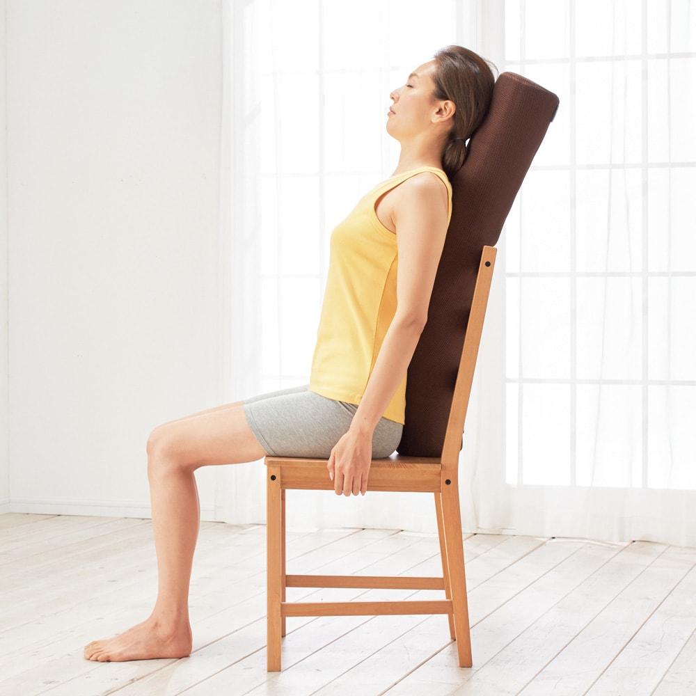 AEROLIFE/エアロライフ フレックスポール 曲げて伸ばして、使い方のバリエーションは無限大! イスに置いて背中のストレッチ。柔らかクッションが背中の曲線にフィットし、肩甲骨を開きます。