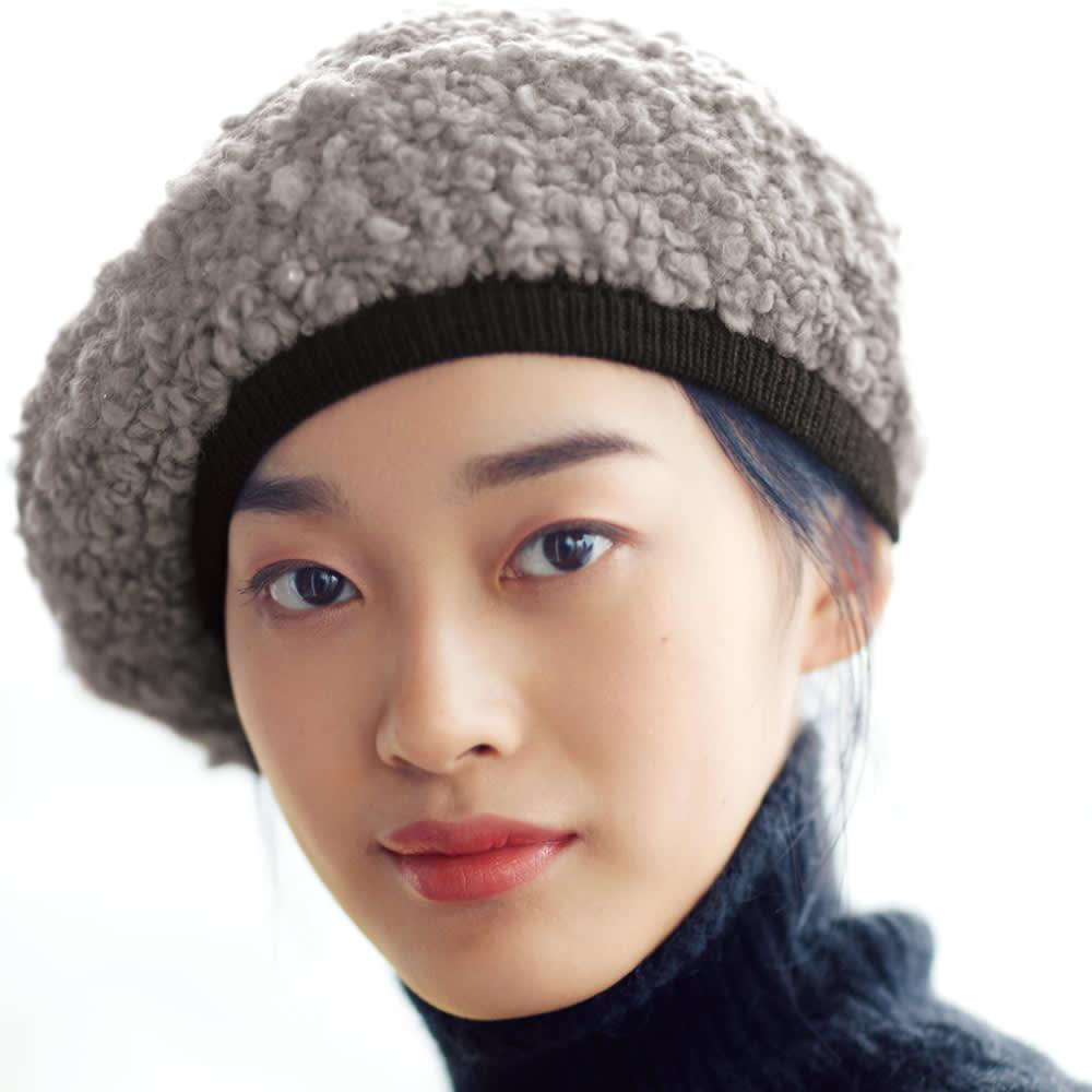 オールマイティハンサムハット アルパカ混ニット帽 コーディネート例 服に合わせやすいお洒落グレージュ リボンを外すと締まった印象に。トレンド感増すグレージュは、服と合わせやすく柔らかい印象。