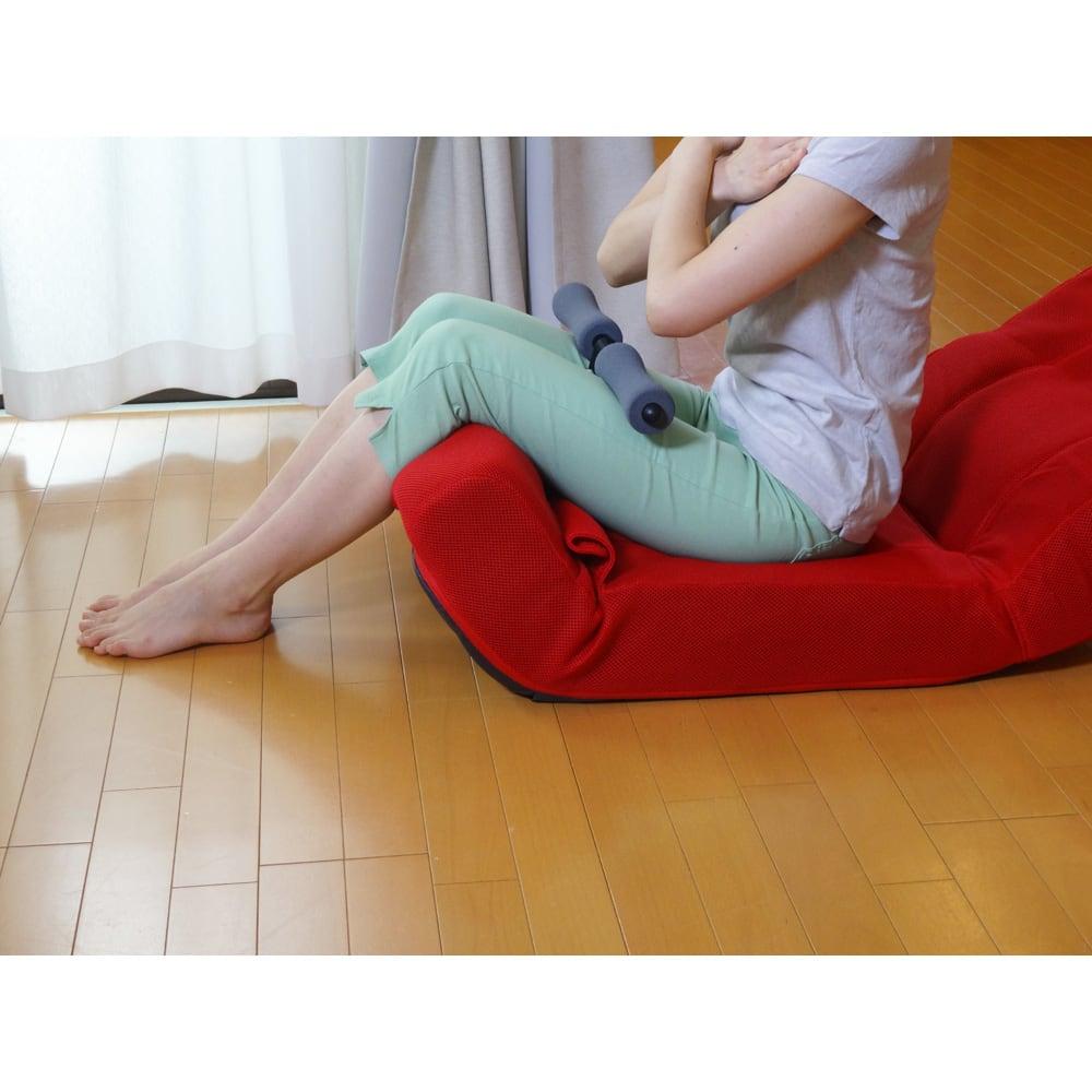 ピュアフィット 快適ソファー座椅子 らくらく腹筋生活DX 脚当てを起こし、膝を曲げた状態にして、レッグバーで脚を固定。腹筋運動がラクにできます。