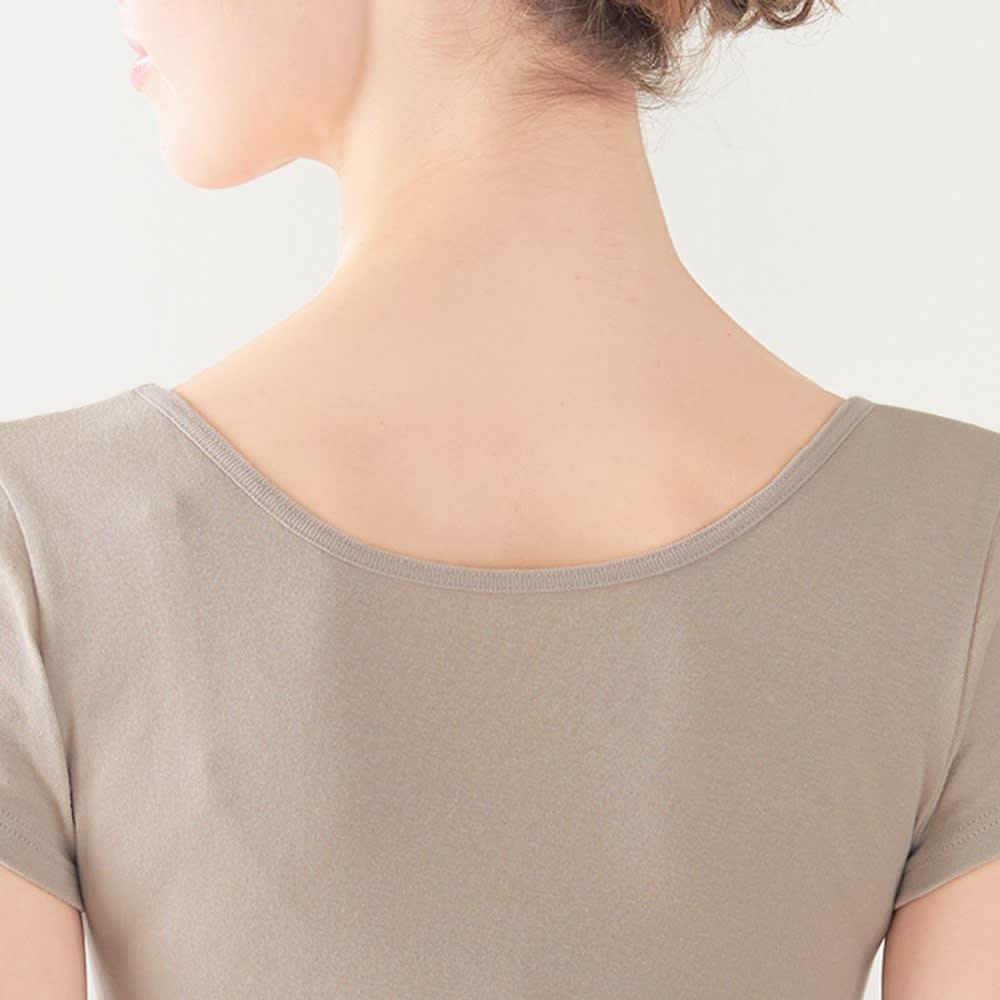 ファイテン コットンヒートインナー 2枚組 フレンチ同色同サイズ2枚 (ウ)グレージュ 背中の開きが広いので、襟ぐりの広い服を着てもチラ見えしません。