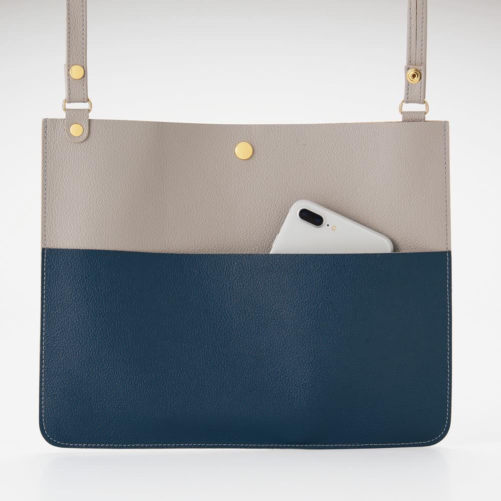 AQUALEATHER(R)/アクアレザー バイカラーショルダーバッグ (ア)グレー&ネイビー フロントには大きめのポケット付き。