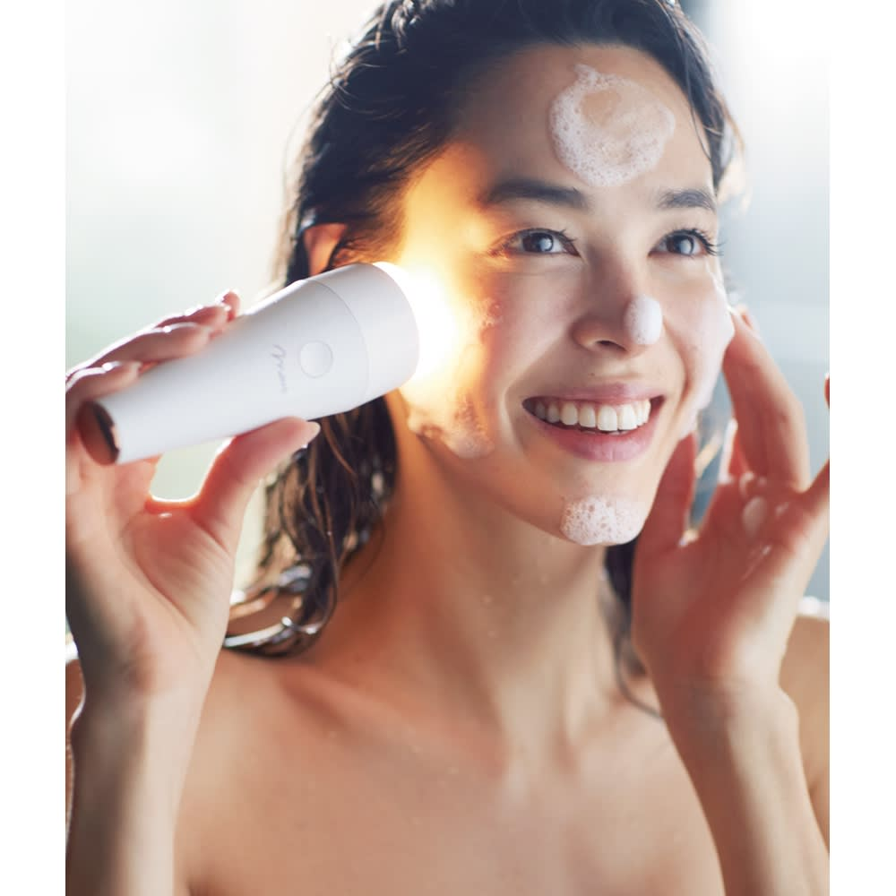MOUS(モウズ) プルミナス│超音波美顔器 mous-16418 洗顔時の手の代わりに「プルミナス」を使えば、超音波の微細な振動によりお肌の皮脂汚れ・古い角質・毛穴の汚れを浮かせてOFF。