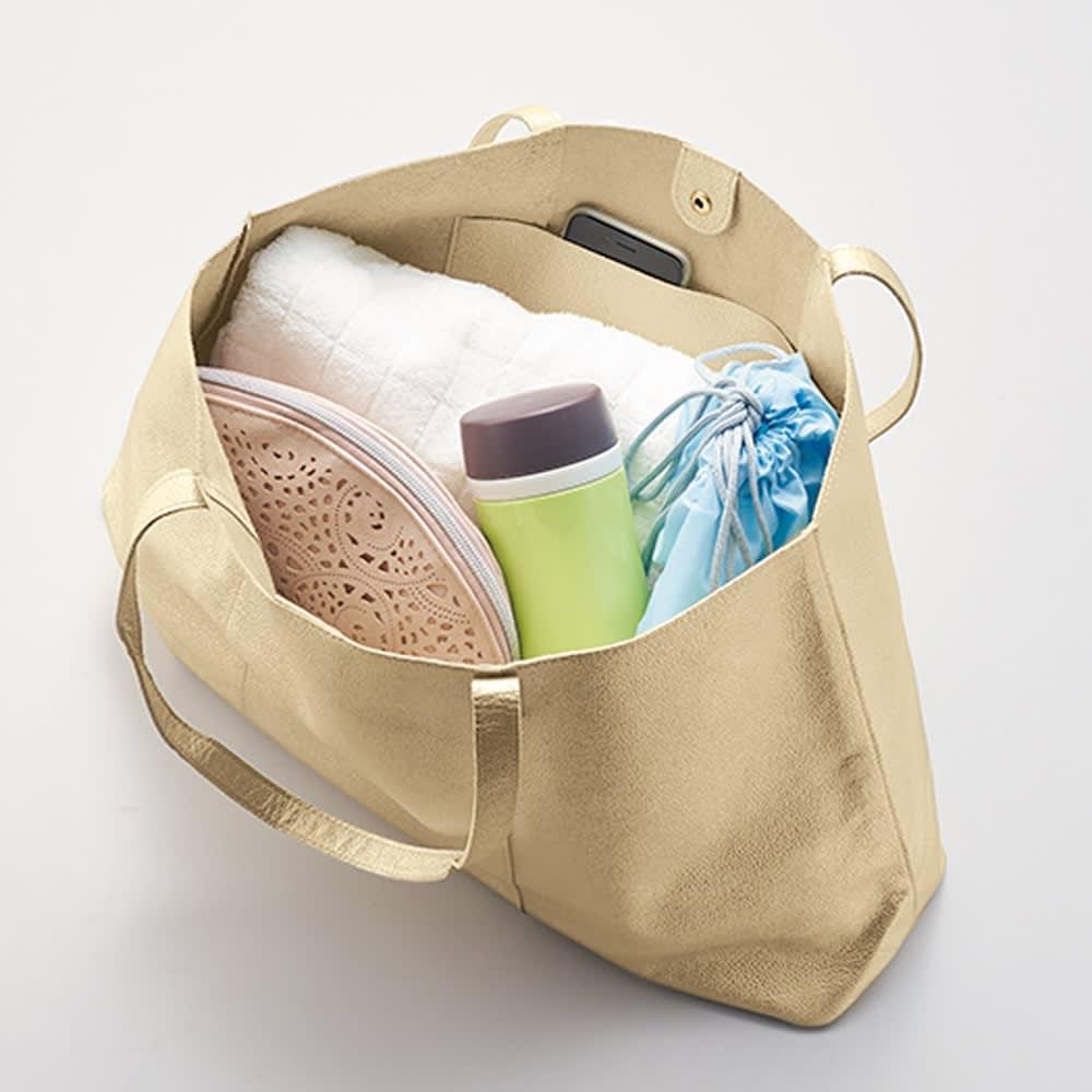 AQUALEATHER(R)/アクアレザー トートバッグ タオル、水筒、化粧ポーチもしっかり入る大きさなので、ジムやアクティビティにも使えます。