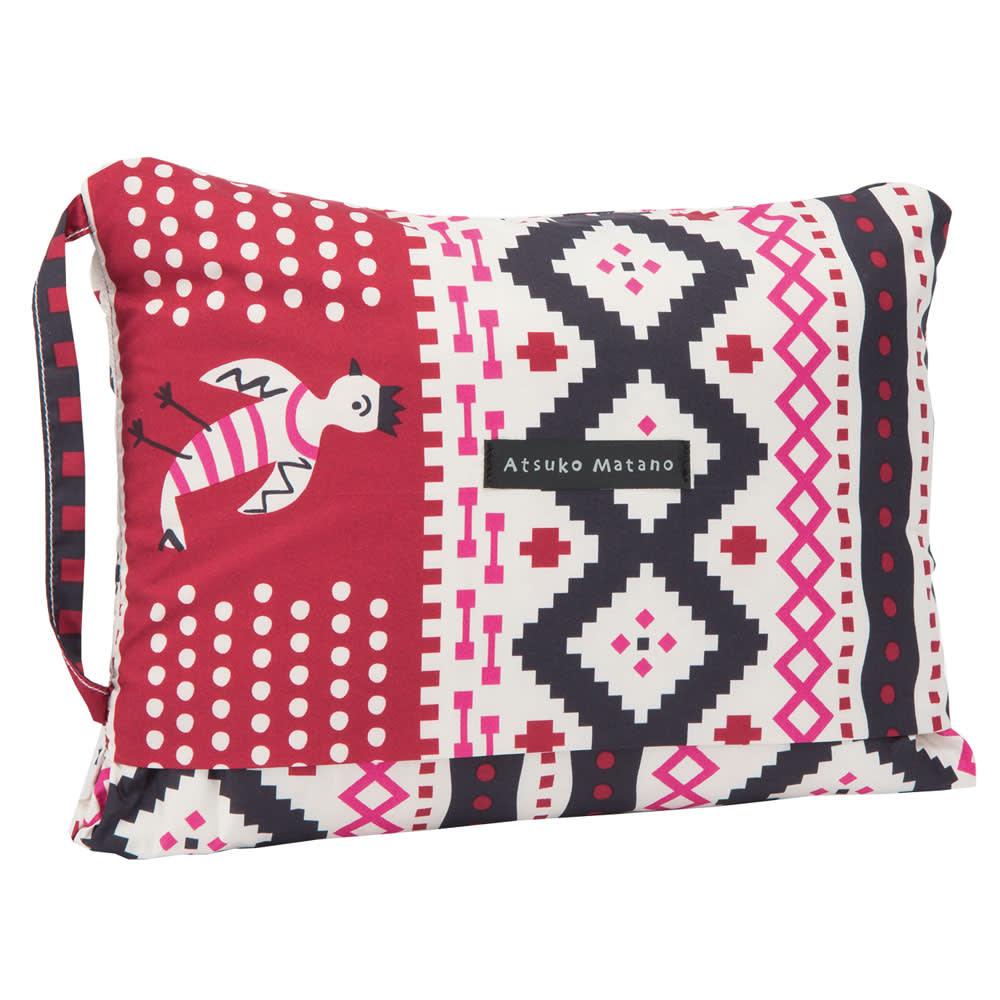 アツコマタノ ダウンひざ掛け 畳むとコンパクトになる収納袋と一体型のデザイン。