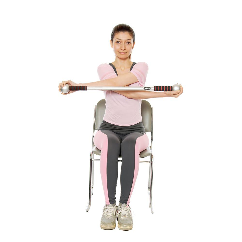 肩甲骨ストレッチ アイズポールプロ ポールを回して、引っ張って、固まった肩や肩甲骨をぐーんと伸ばす