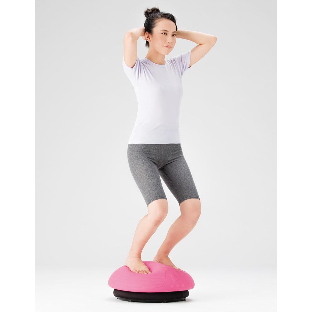 バランスボーイ ポーズによってさまざまな部位の運動に! 頭の後ろで腕を組み、ひざを曲げると、背中、太ももの運動に。腕立ての姿勢では、肩からお腹まで上半身全体から太ももの運動に。