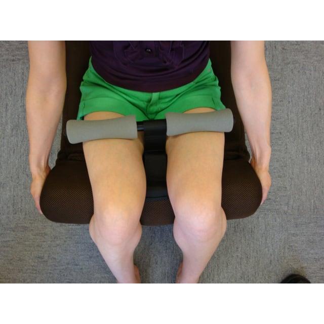 腹筋らくらく座椅子 太もも裏に当たる部分もリクライニングするので、バーとのすき間を埋めてしっかり脚をホールド。安定して腹筋運動ができます。