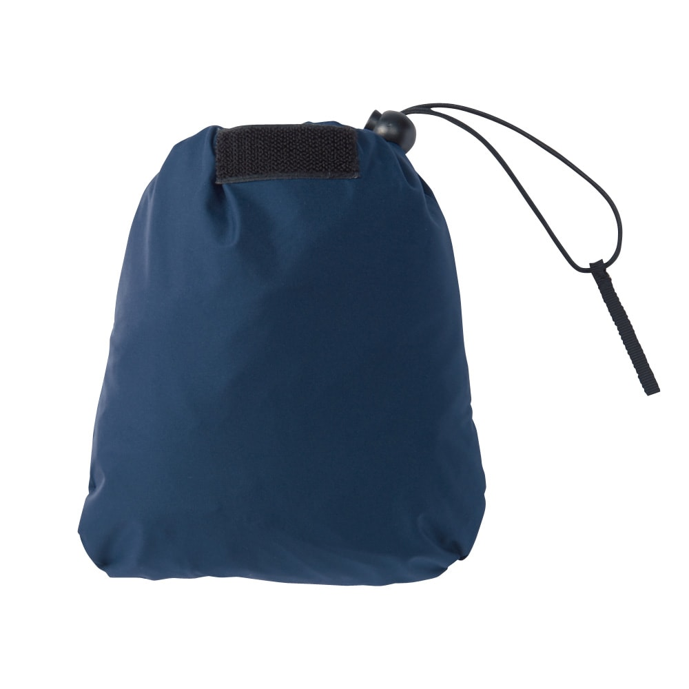 スラッシュパーカ 折り畳んで、片側のポケットに収納するとこんなにコンパクトサイズに。持ち歩きにもぴったりです。