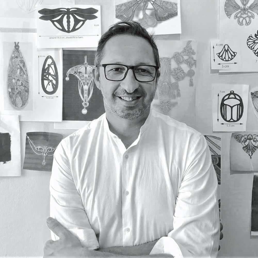 水牛 アール・デコ ロータスフラワー ネックレス アートへの造詣をアクセサリーのデザインに生かす、フランス人デザイナーのピエール・スリー氏。