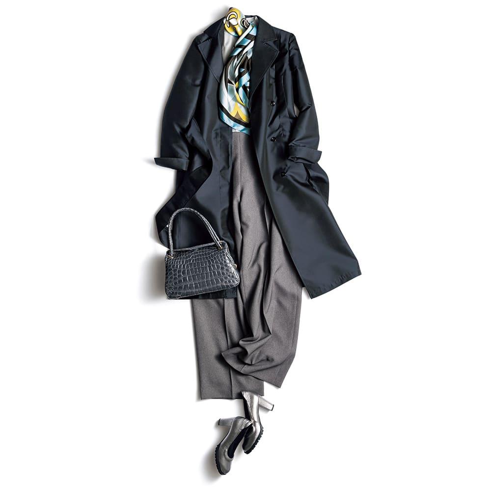 シルク ダブルウェーブ 撥水 トレンチコート コーディネート例 /合わせる色をグレー系にまとめつつ、顔周りにサックスブルーの春色をアクセントにした、きちんと感が漂うスタイル。バッグ、靴で上質な艶と質感をプラスして上品さに華やぎを添える着こなしに。