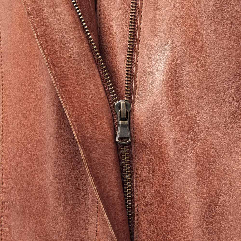 エントルフィーノ モッズ風デザイン コート フロントファスナーを始め、メタルパーツはすべて、レザーの色に馴染むアンティークゴールドを選択しています。
