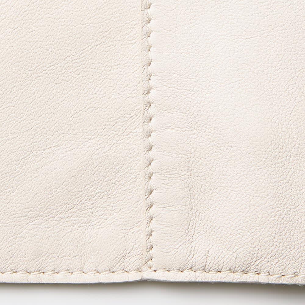 トルコ製 ラムレザー ステンカラーコート 接ぎ合わせ部分は、裁ち切りを重ねてステッチがけ。軽やかな仕上がりに差がつきます。