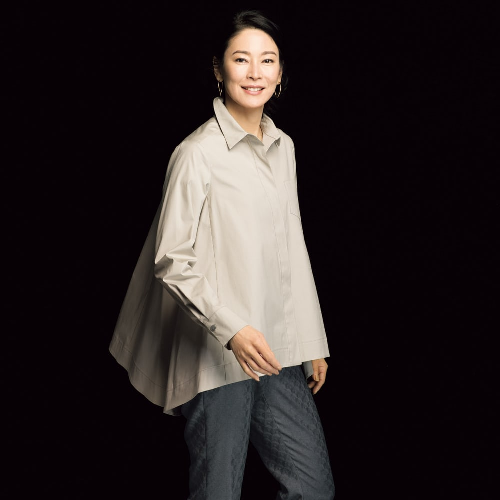 コットンブロード 裾フレア 比翼ボタン シャツ (ア)ライトトープ コーディネート例