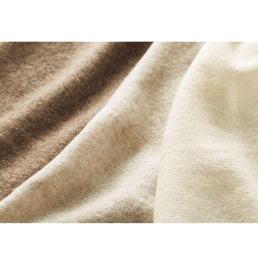 モンゴルヌーヴォーカシミヤ 天竺針抜き プルオーバー 無染色を活かしたナチュラルカラーの編み地。右から、モンゴル山羊全体の約10%しか取れない「オフホワイト」、全体の3%と最も希少で繊細なニュアンスを含んだ「オートミール」、天然のメランジ感が上品な「ライトブラウン」。