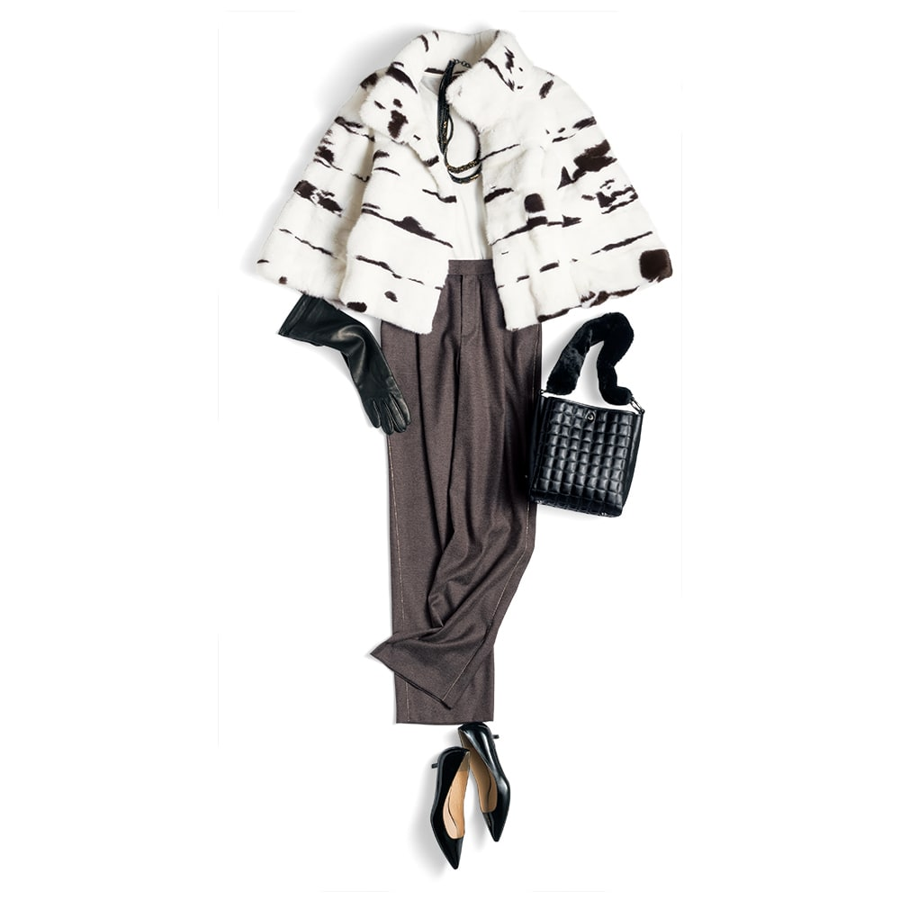 「コペンハーゲンファー」 ジャガーミンク ショートコート コーディネート例 /白のTシャツとスポーティなテイストの旬パンツに合わせて、カジュアルムードに崩したスタイリング。上質なレザーの小物でまとめるのが、大人の日常スタイルを品よく、若々しく輝かせてみせるコツです。