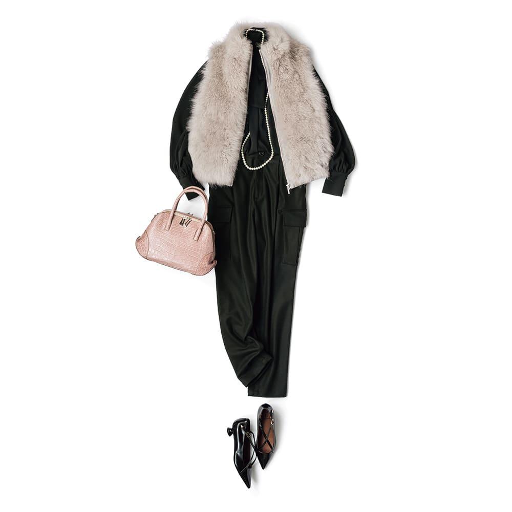 カシミヤ ファー使い ダウンベスト コーディネート例 /ボウタイのブラウスとワークパンツはブラックでまとめ、甘いフェミニン小物で大人の可愛さを演出して。とろみのあるブラウスとふわふわのファーの質感のコントラストを楽しめる着こなしです。