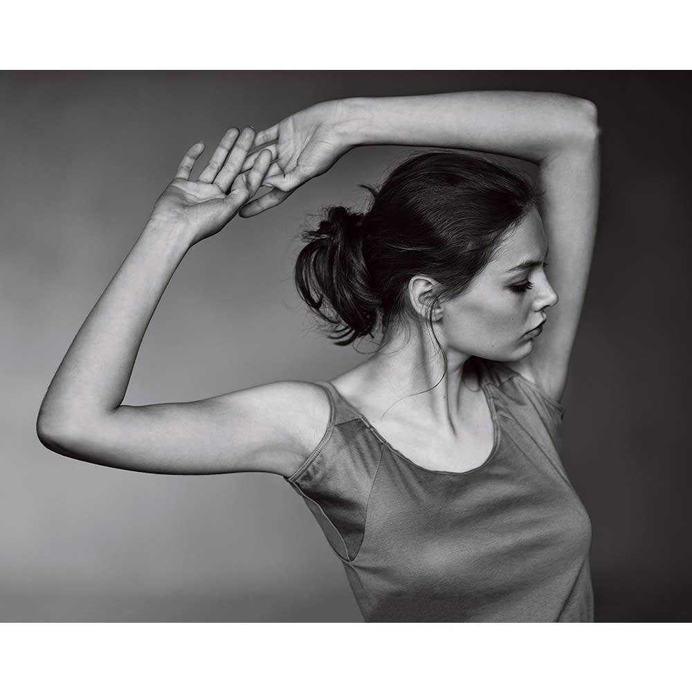 脇にフィットする 汗取りインナースリーブレス(防水布入り) (イ)モカベージュ コーディネート例