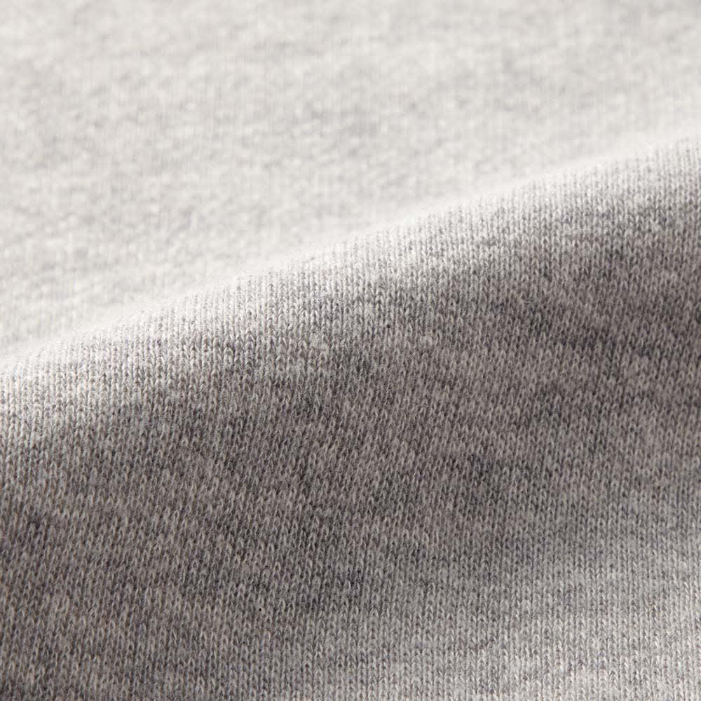 吊り裏毛 ガゼット プルオーバー (ア)グレー 生地アップ 吊り編みは自重だけでゆっくり編んでいくので、生地にテンションがかからず、洗濯を繰り返しても縮みにくいのが特徴です。