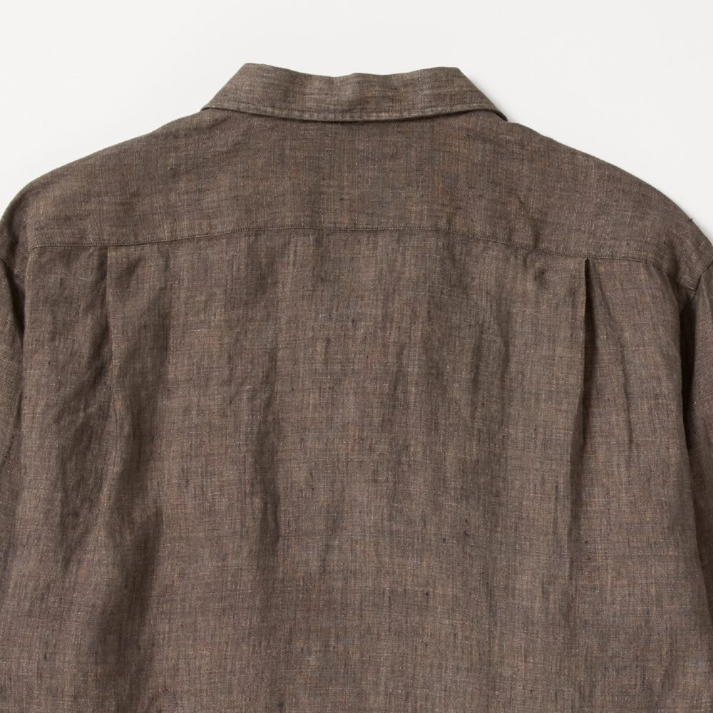 「Albini」 リネン サファリシャツジャケット Back Style バックはタック入りで、後ろ姿も決まります。可動域も広がり、着心地のよさもアップ。