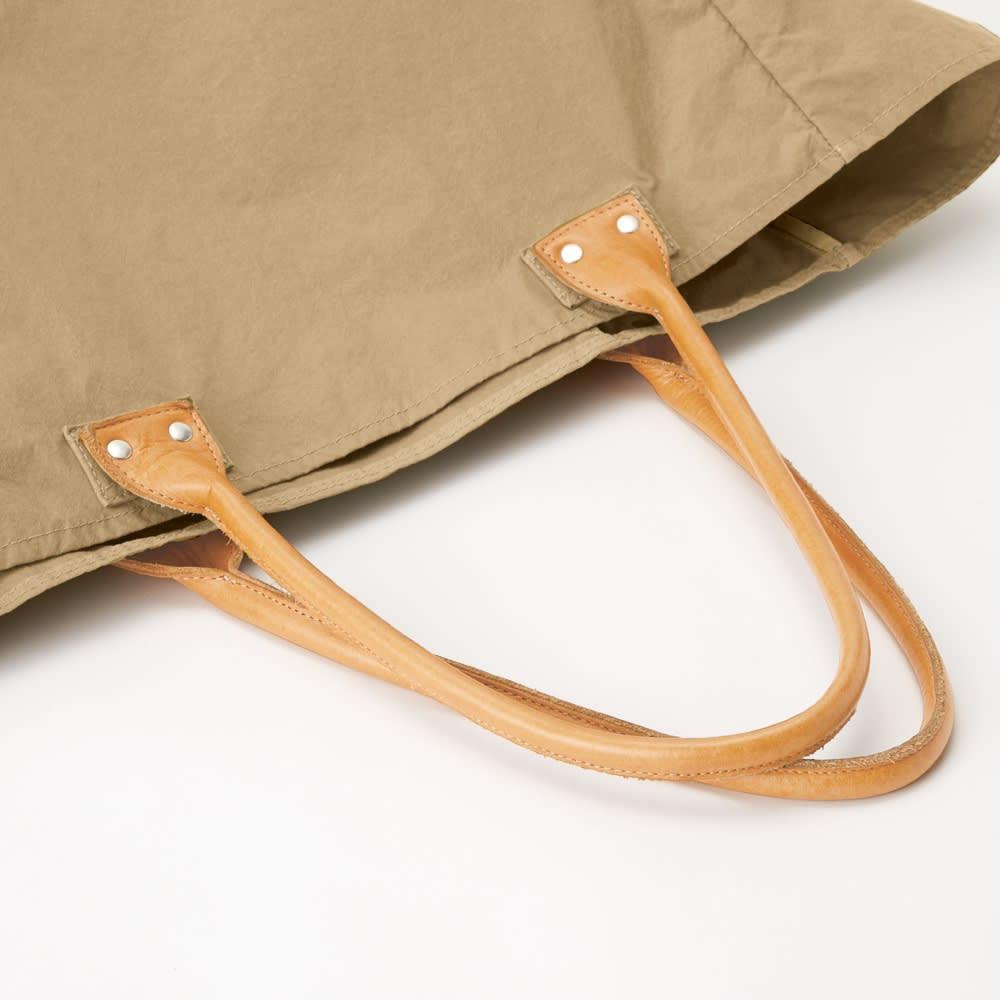 「KONBU(R)-N」 軽量トートバッグシリーズ 大 ハンドルはヌメ革 持ち手は使っているうちに味が出るヌメ革製。カジュアルな中にもリッチな印象をプラス。