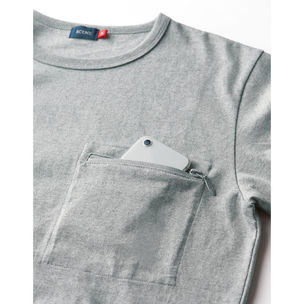 SCENE(R) スマホポケットTシャツ 大切なものを入れても安心なポケット。ジップが目立ちすぎないよう、同系色を採用しました。