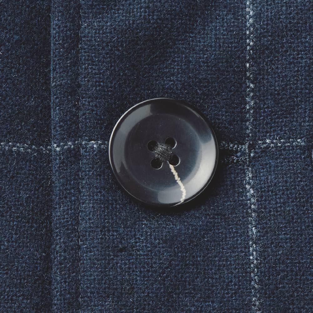 中綿入り リバーシブル ステンカラーコート ボタンはそれぞれの生地の雰囲気に合わせて、表地にはツヤありを採用。