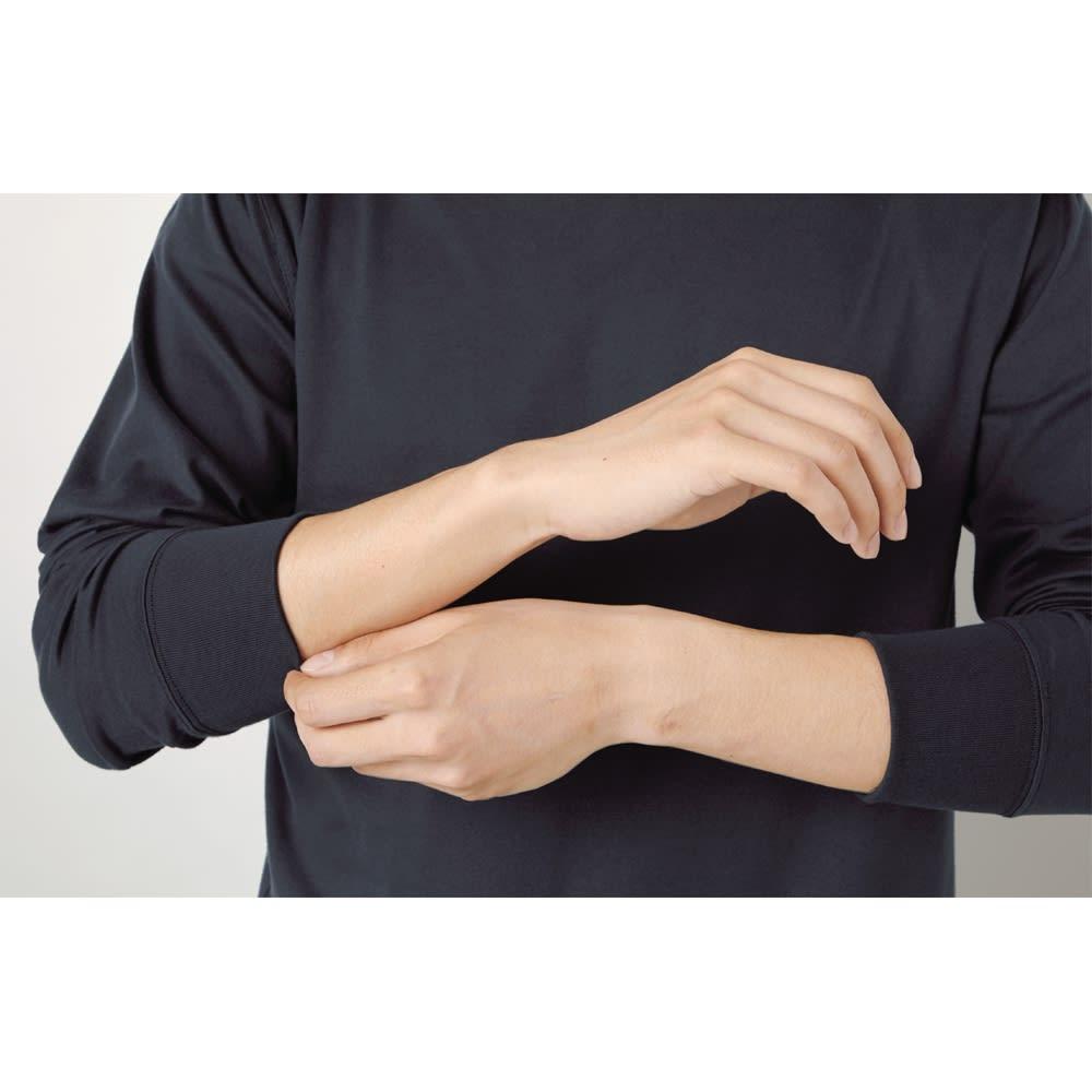 袖リブ腕まくりTシャツ Point! 腕まくりができる 袖口がリブになっているので、腕まくりができて、こなれ感がアップ。手洗いのときなどにも便利。