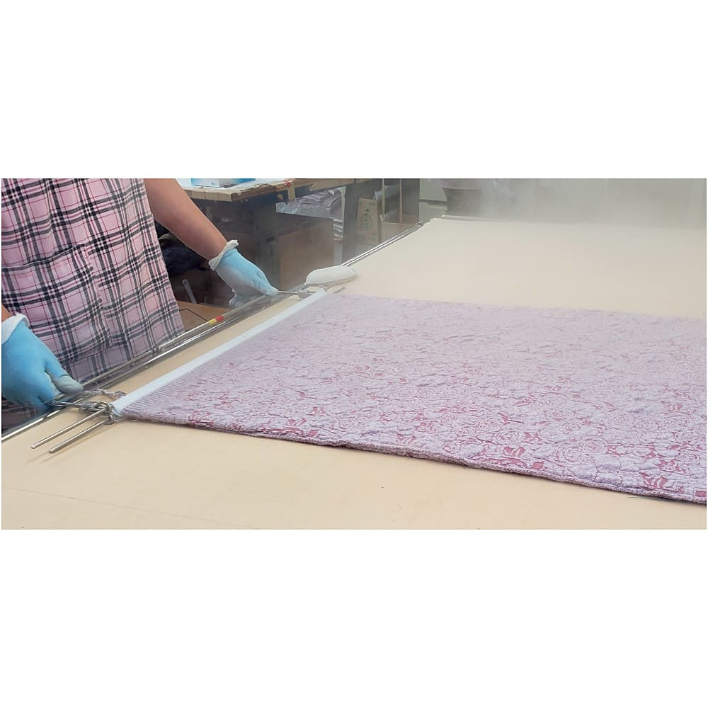 ウール カーディガン(日本製) 【日本の職人が手間をかけて丁寧に製造】 パーツごとに編地を金型にセットし、スチームをかけます。工程を省かずに手間をかけて手作業で丁寧に作られています。