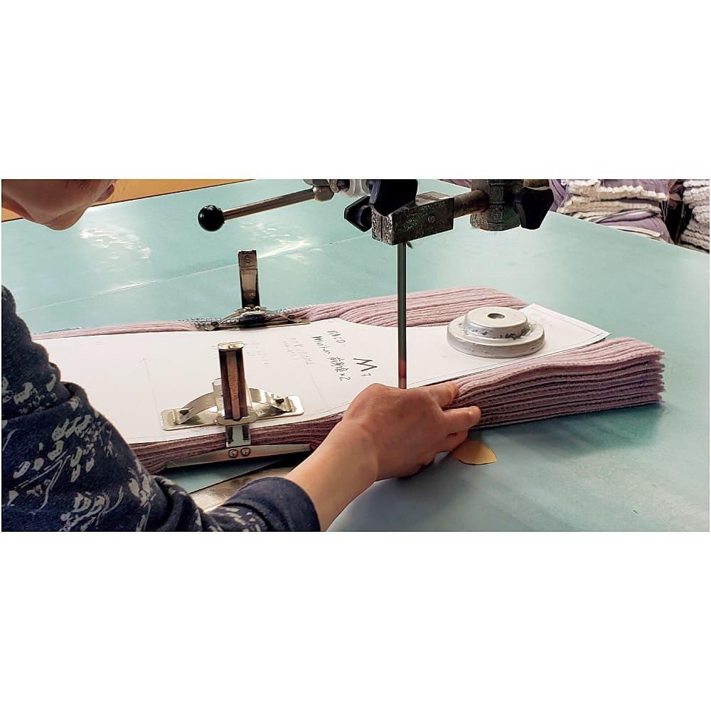 ウール カーディガン(日本製) 【日本の職人が手間をかけて丁寧に製造】 編地が上がった後すぐ裁断せずに、裁断後に各パーツのズレが生じないようにするためと目面を整えるために、編地の端をきれいに揃えてから裁断、縫製の工程に掛かります。