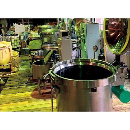 ウール Vネック ニット(日本製) 【良質な水を使ったこだわりの染色技術】 水質が良く、日本のニットの聖地でもある新潟の染色工場で、長年培われた熟練の職人技術によって染められています。良質な水を使うことで糸が縮みにくくなり、色が入りやすく色落ちしにくくなります。