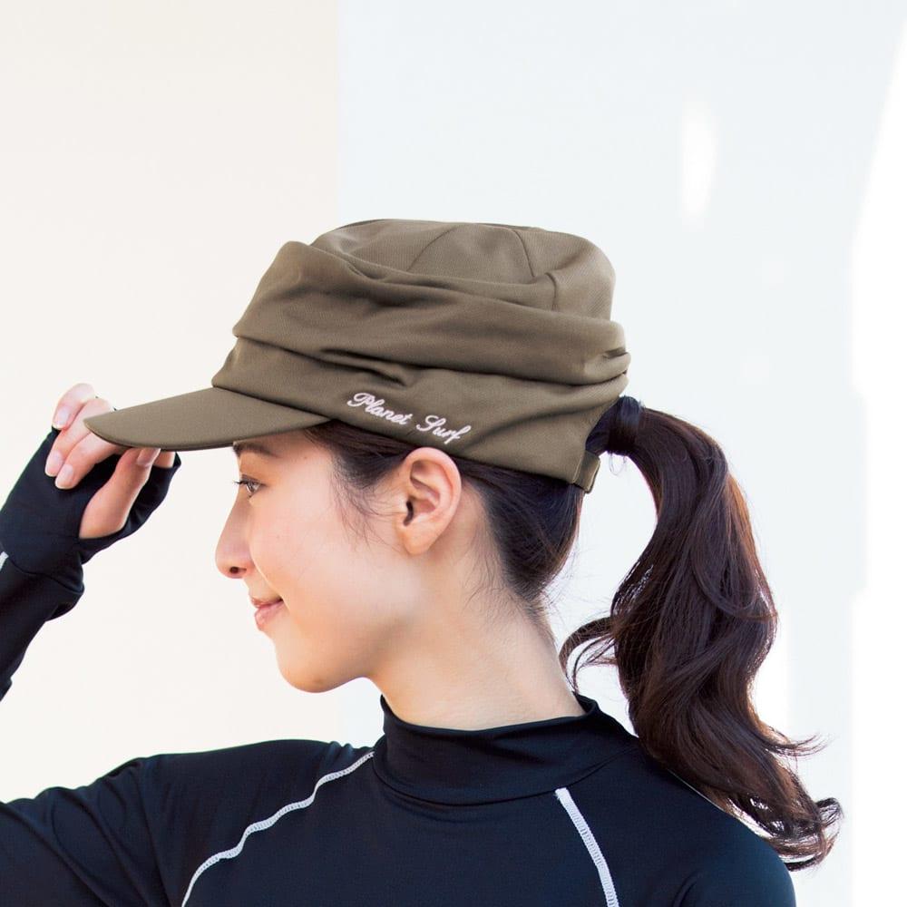 PLANET SURF/プラネットサーフ サンプロテクトドライキャップ (ア)カーキ コーディネート例 幅広ツバでしっかり遮光する帽子は、髪を結んでも被れる仕様。