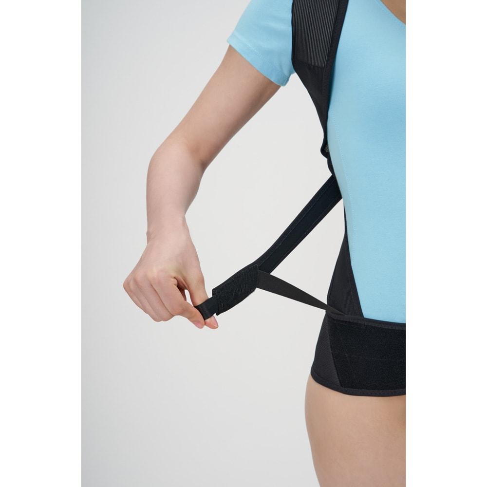 丸まった背中を起こす姿勢のサポーター たすき掛けベルトで肩甲骨をグッと引き寄せる
