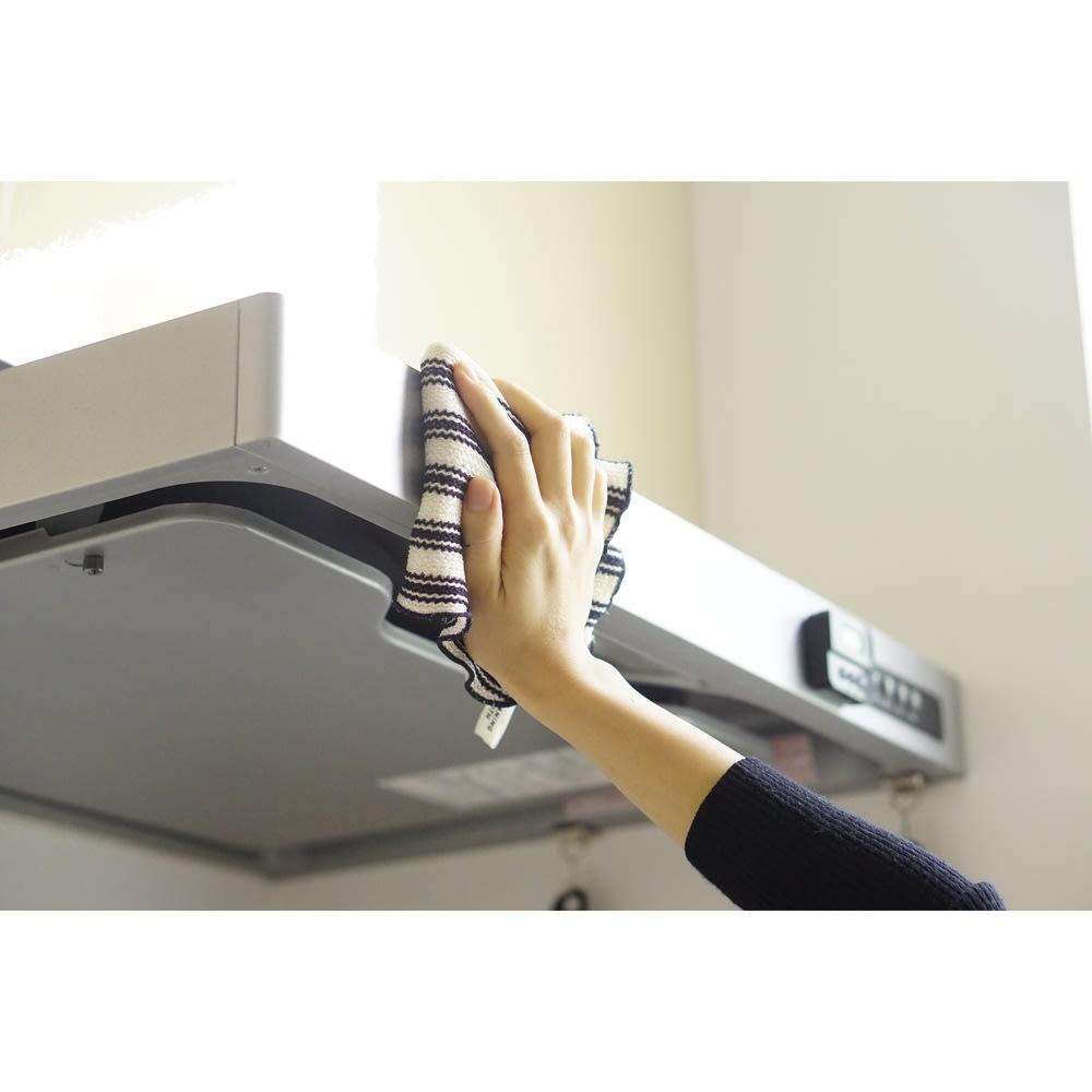 クリーニングクロスグレー もっとも油汚れが気になる換気扇も、こまめに拭いて清潔に。