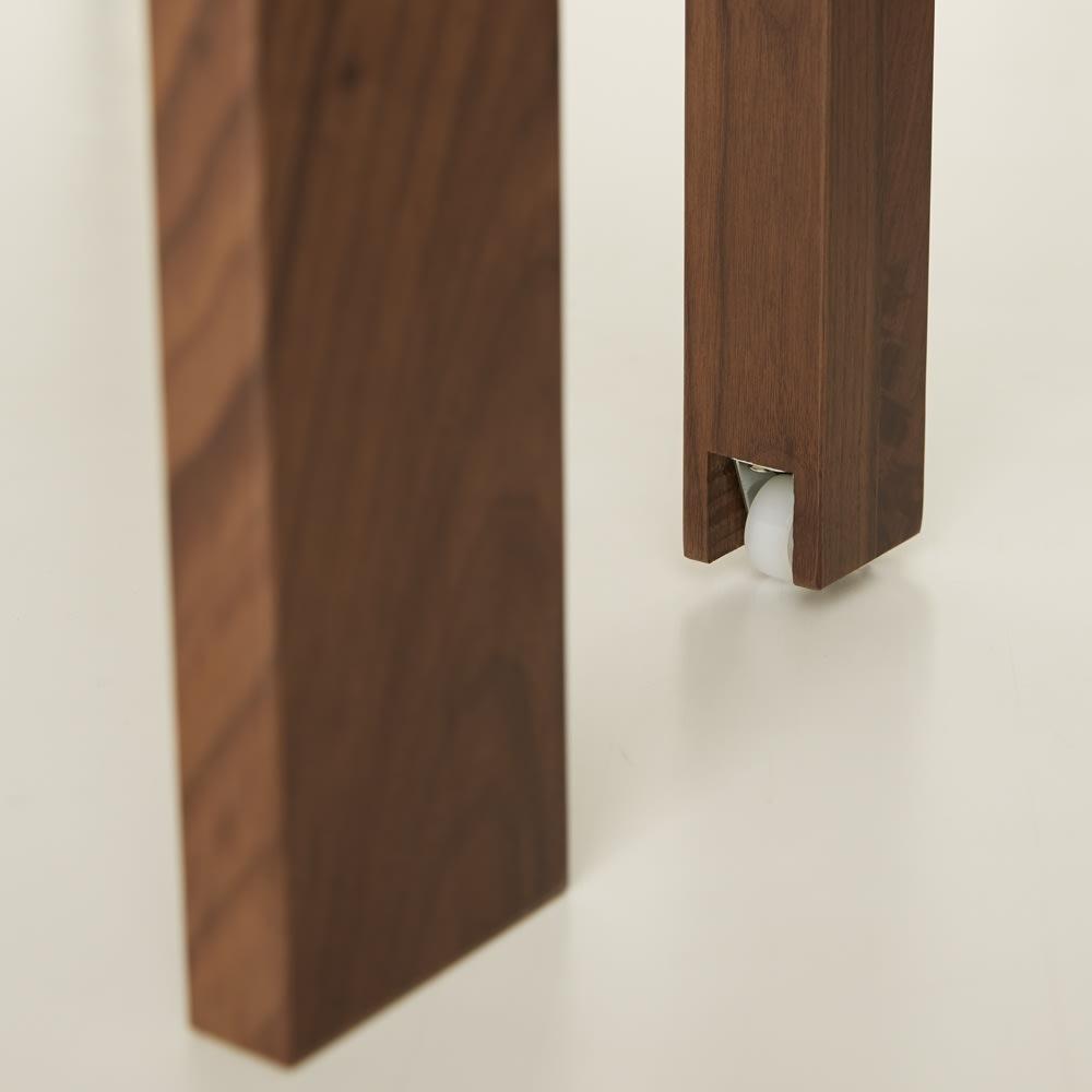 NobuII 伸長式スライディングテーブル ウォルナット材ダイニングテーブル 正方形幅85~143.5cm 中央の脚部も天然木無垢材です。