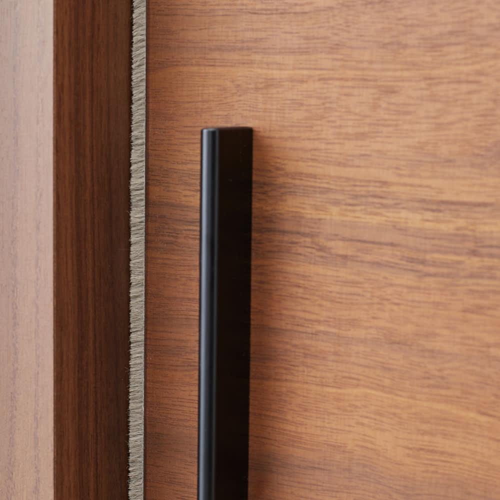 ウォルナット天然木引き戸本棚 上置き 幅90.5cm 扉の縁のブラシが本をホコリから守ります。