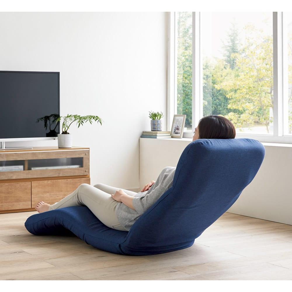 腰に優しいゆらゆら寝椅子 ワイド 幅67cm 使用イメージ(ウ)ネイビー ※写真はレギュラータイプです。