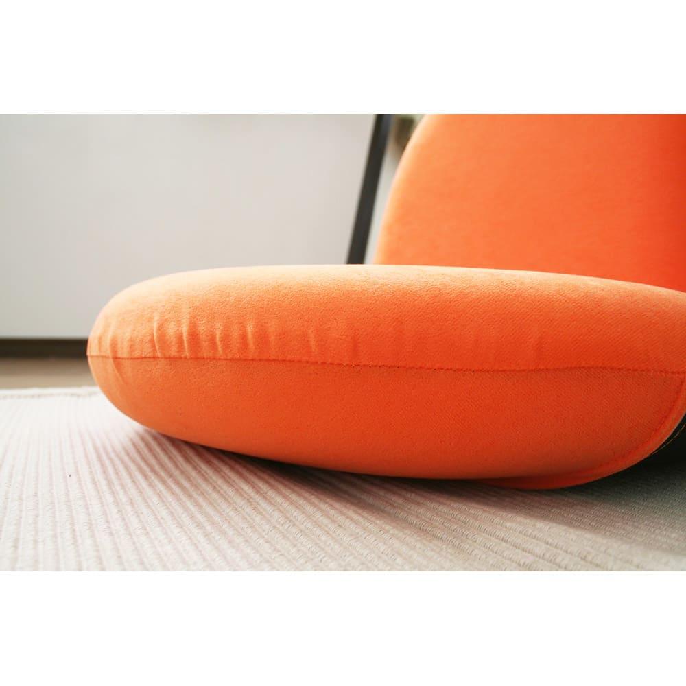 ポップチェア ソフィア【座椅子】 たっぷりのウレタンフォームが床付き感を軽減します。すわり心地良好です。