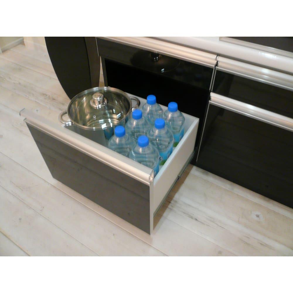 飛散防止ガラスダイニング 大型レンジ対応ボード 深引出しには、ペットボトルを立てて収納できます。