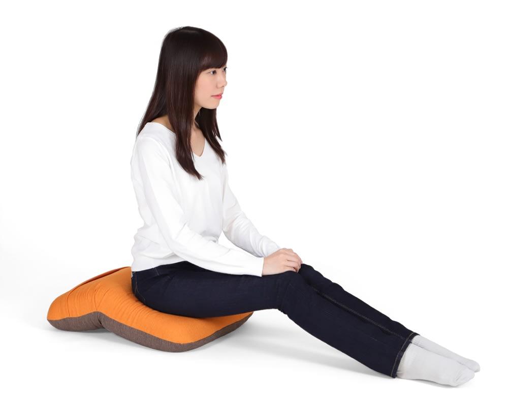 姿勢ケアフレックスクッション 脚を伸ばした姿勢 角度をつければ、作業時の姿勢をケアする傾斜付クッションに。