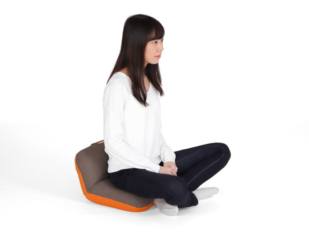 姿勢ケアフレックスクッション 裏返して背もたれを起こせば、腰部を支えて姿勢をケアする小さな座椅子に。