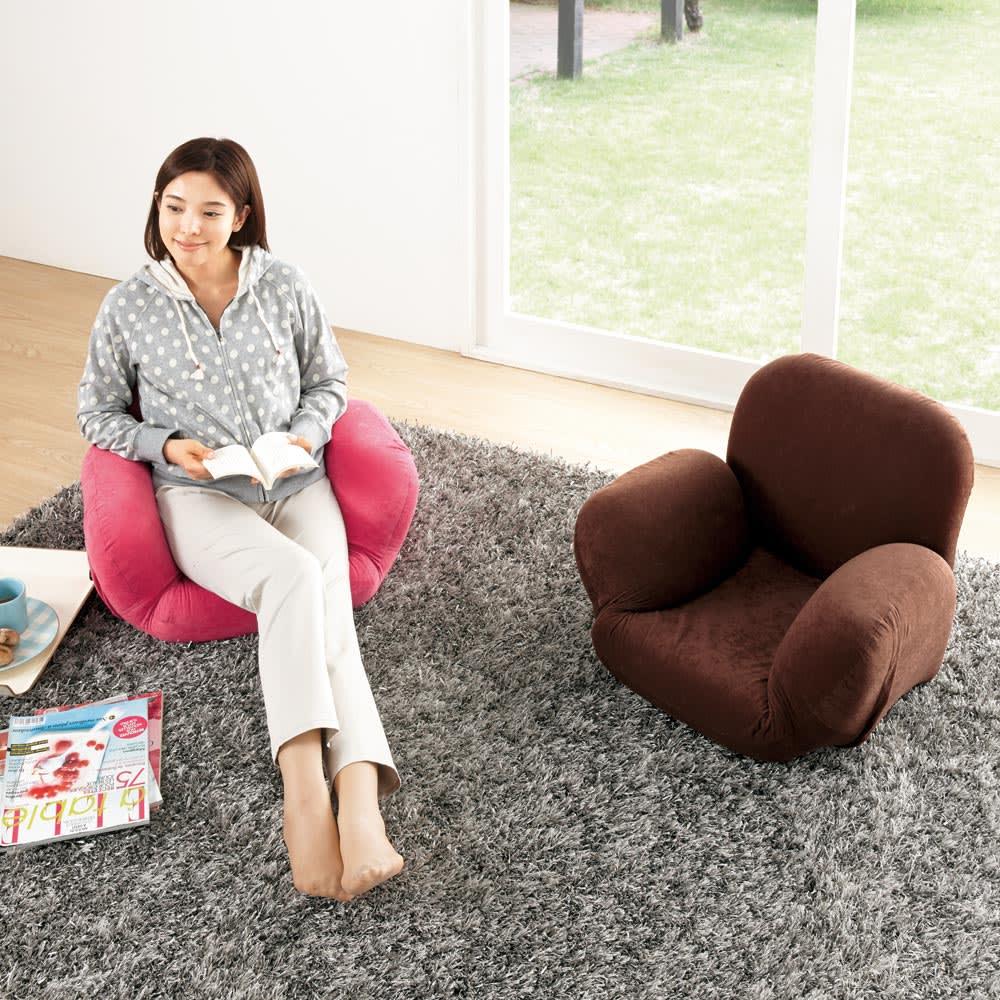 すっぽり収まる肘付きリクライニング座椅子 写真左から(ア)ピンク、(ウ)ブラウン ※モデル身長:165cm