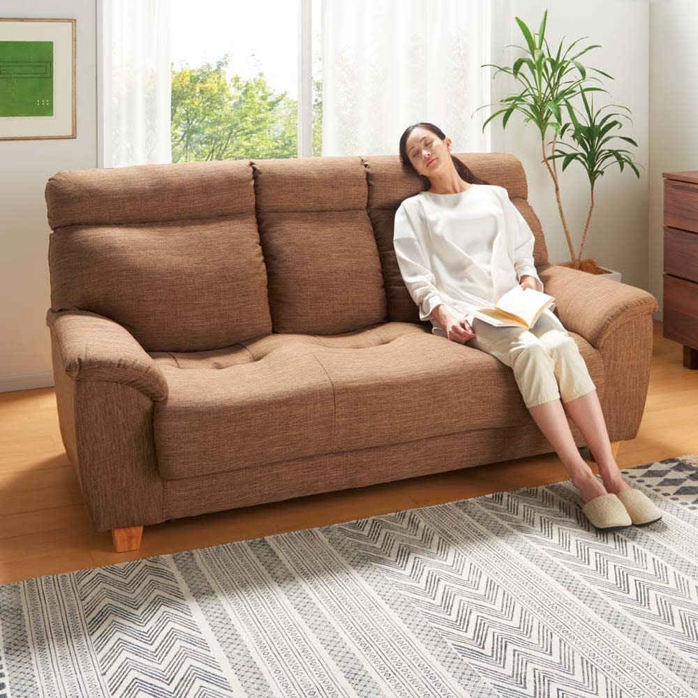 座ったまま眠ってしまうソファ ・幅147cm コーディネート例(ア)ライトブラウン ※写真はソファ幅187cmです。※モデル身長:160cm