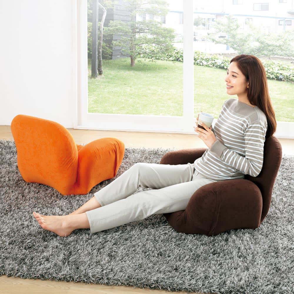 すっぽり収まる肘付きリクライニング座椅子 写真左から(イ)オレンジ、(ウ)ブラウン
