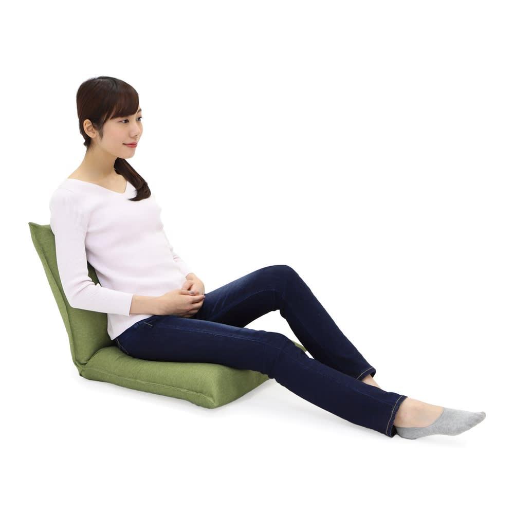 産学連携 コンパクト座椅子 背骨のS字カーブをサポートする背もたれと膝を伸ばしやすい座面の厚さ