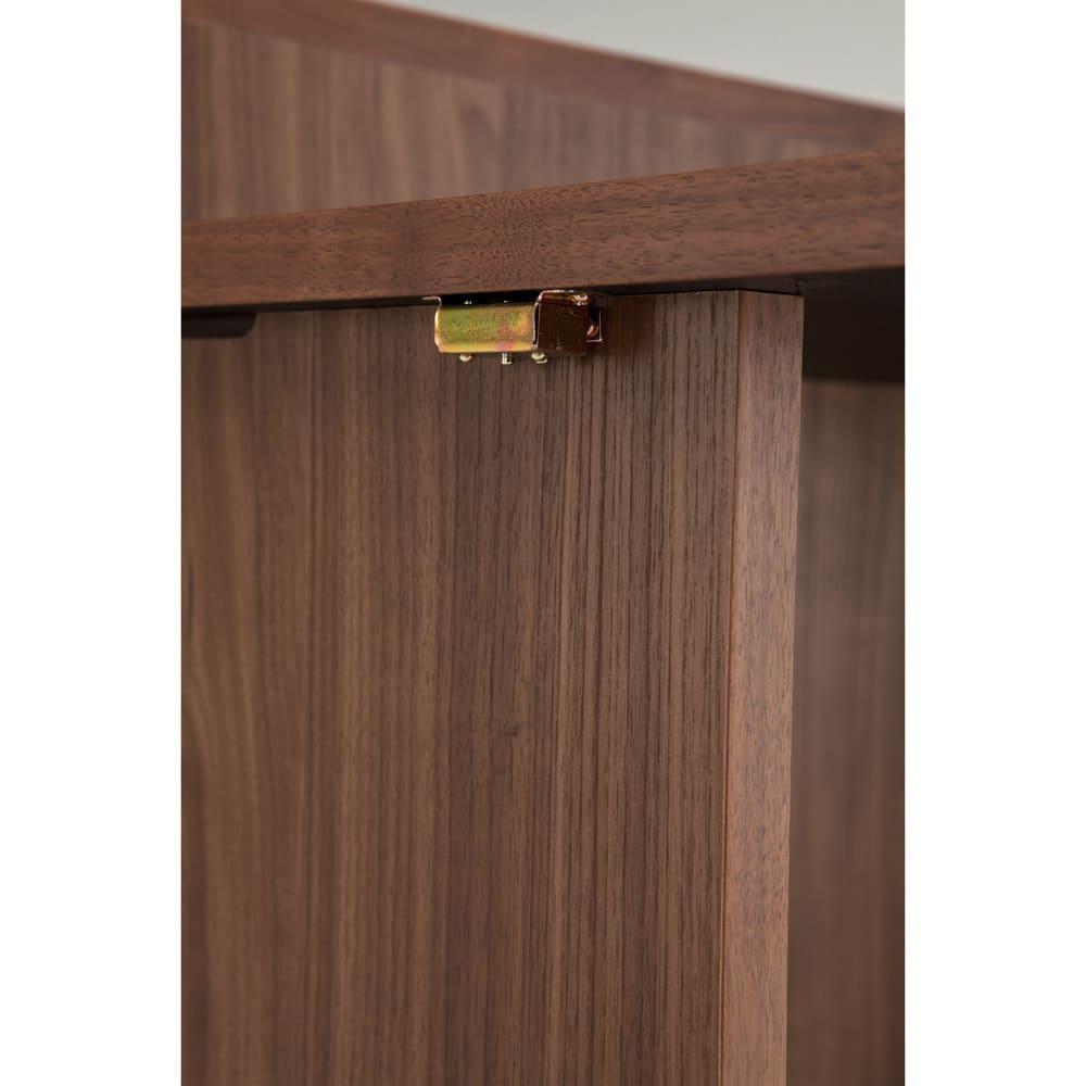 隙間にしまえる折り畳みデスク パタン 天板を開いた時に脚と天板をしっかりロックする機能付きです。マグネット付きですので畳んだ後も天板がバタバタ動きません。※開閉時指などを挟まない様にご注意下さい。