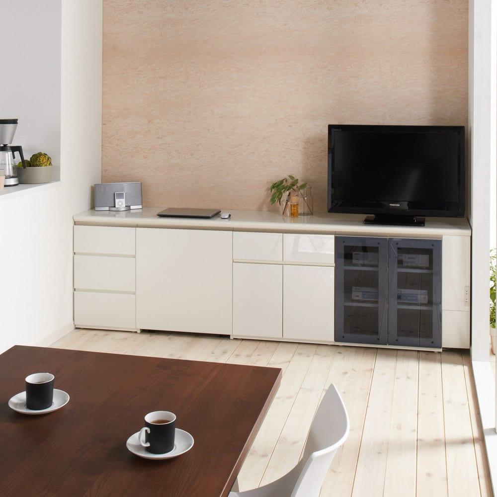 ギャラリー壁面収納 洗練デザインのリビングカウンター収納シリーズ 幅サイズオーダー天板 幅40~110cm [パモウナ YA-S1T] (ウ)ホワイト組み合わせ例・色見本 チェアワゴン収納時 すっきりと美しく収まります。