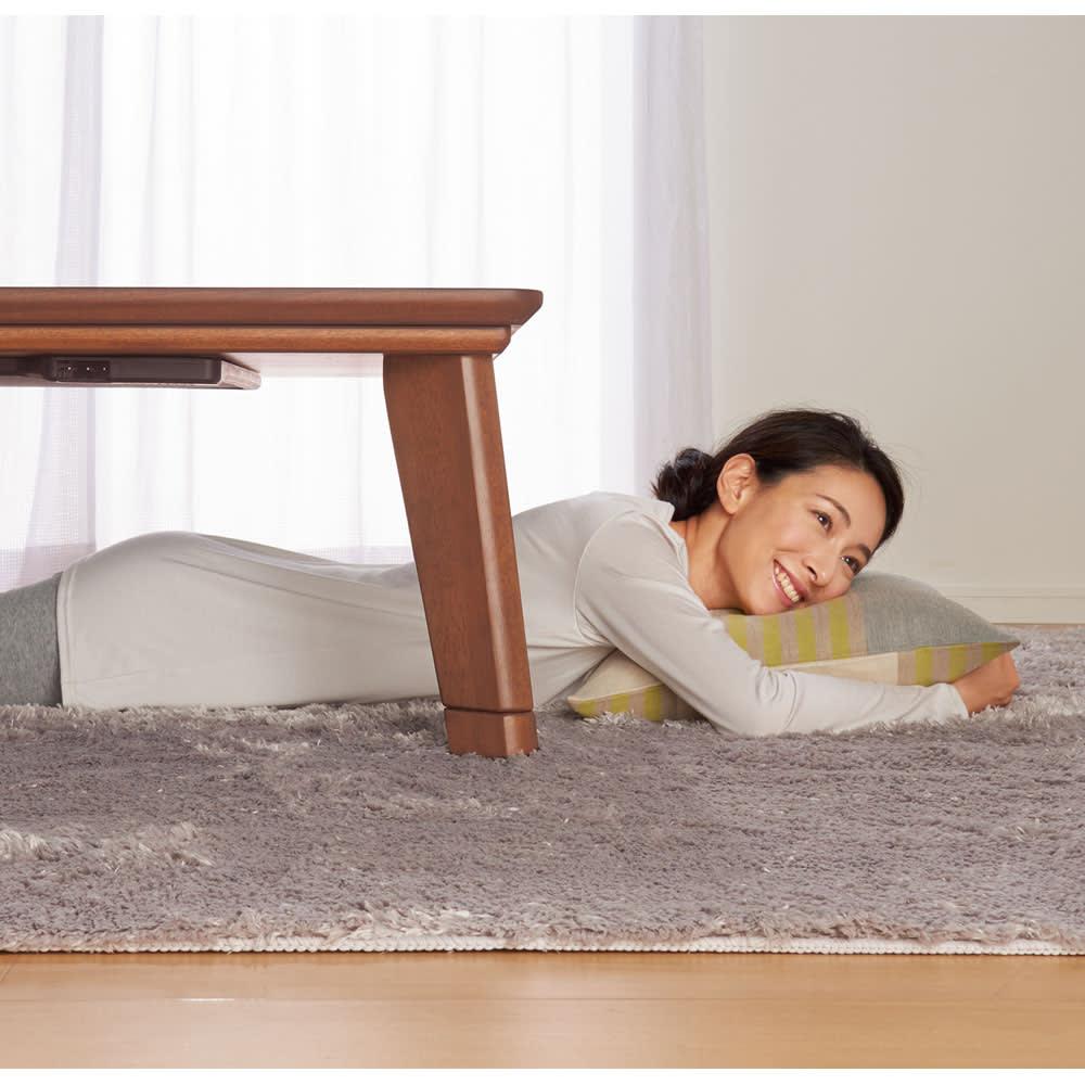 【1正方形】80×80cm 木の風合いで選べる平面パネルこたつテーブル ヒーターの出っ張りがないから、寝転んでもゆったりくつろげます。