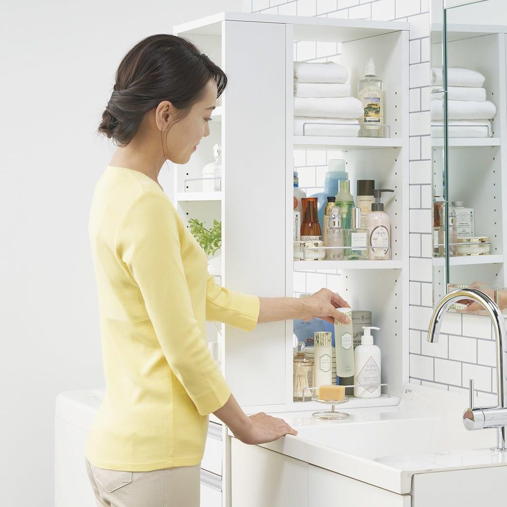 収納物が取り出しやすい3面オープンすき間収納庫 幅15cm (洗面台側から)お出かけ前のメイクもスムーズにできます。
