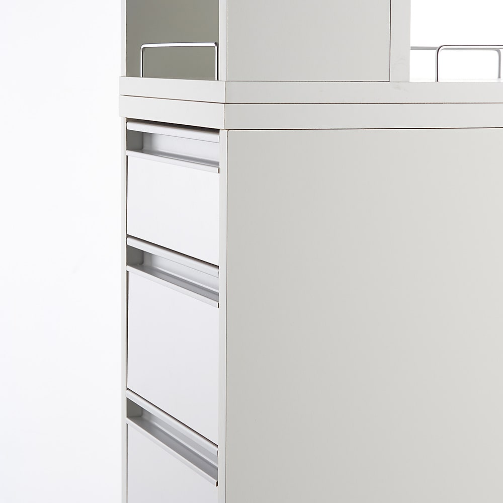 収納物が取り出しやすい3面オープンすき間収納庫 幅25cm 前面は出っ張りのないフラットなタイプの取っ手を採用。