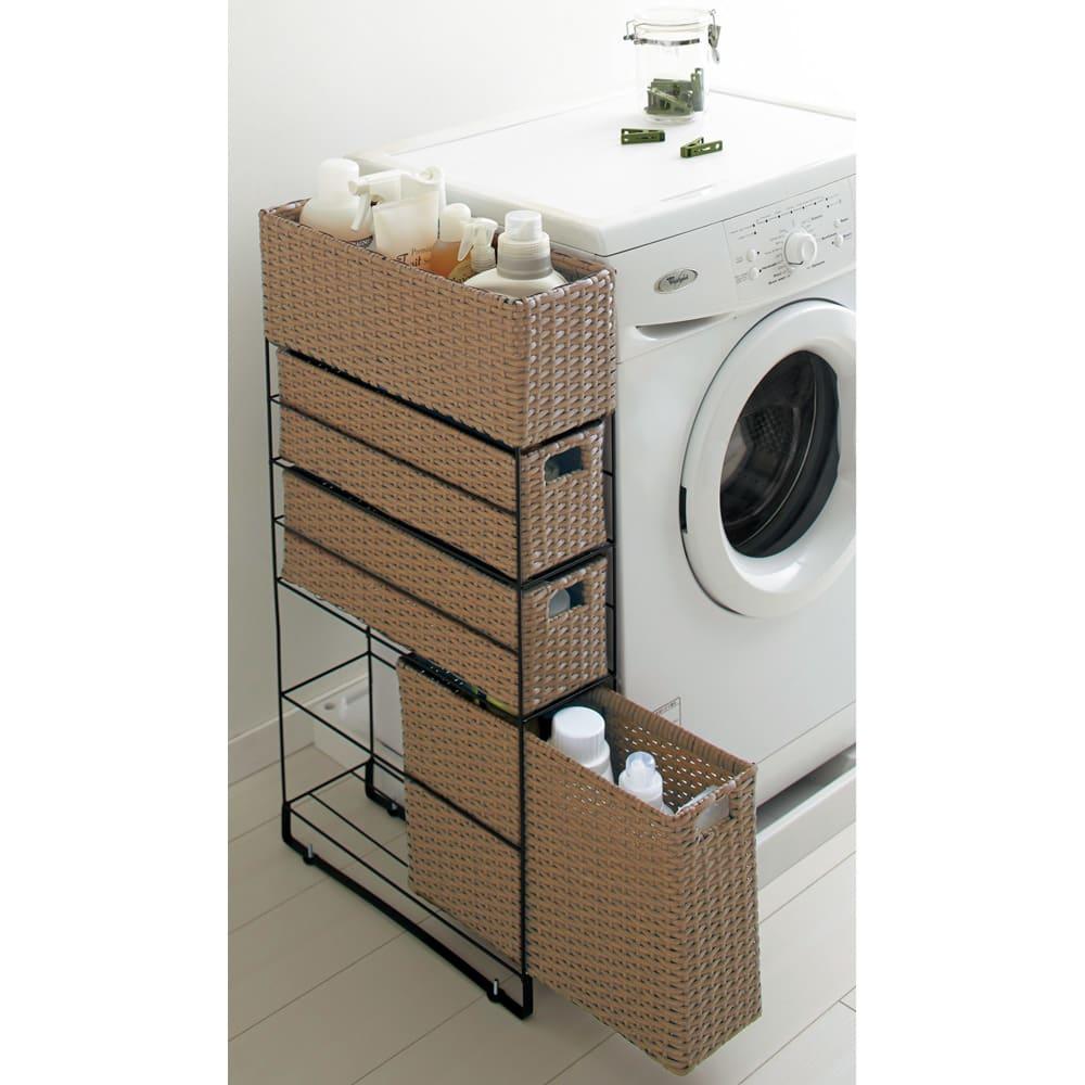 水ハネ安心ラタン調隙間ラック 幅15高さ86cm 4段 (イ)ブラウン 柔らかな色合いのブラウン。洗剤のボトルや洗濯用品の収納にもおすすめ。(※写真は内布を外して撮影しています)
